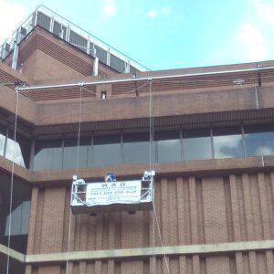 Podesty wiszące - mocowane na linach platformy robocze wykorzystywane do prac na elewacjach budynków