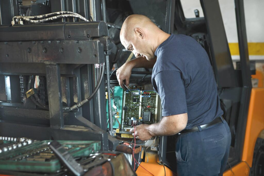 Konserwator urządzeń transportu bliskiego zajmuje się między innymi prowadzeniem dokumentacji dla urządzenia