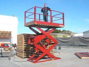 Wyposażone w dużą platformę roboczą podnośniki nożycowe można wykorzystywać w pracach budowlanych i remontowych