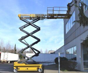 Scissor lift - podnośnik nożycowy, boom lift - podnośnik koszowy - urządzenia wykorzystywane m.in. na platformach wiertniczych